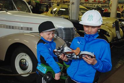 Ukko ja Eeli Martikainen viihtyivät mainiosti automuseossa Ylämyllyllä.