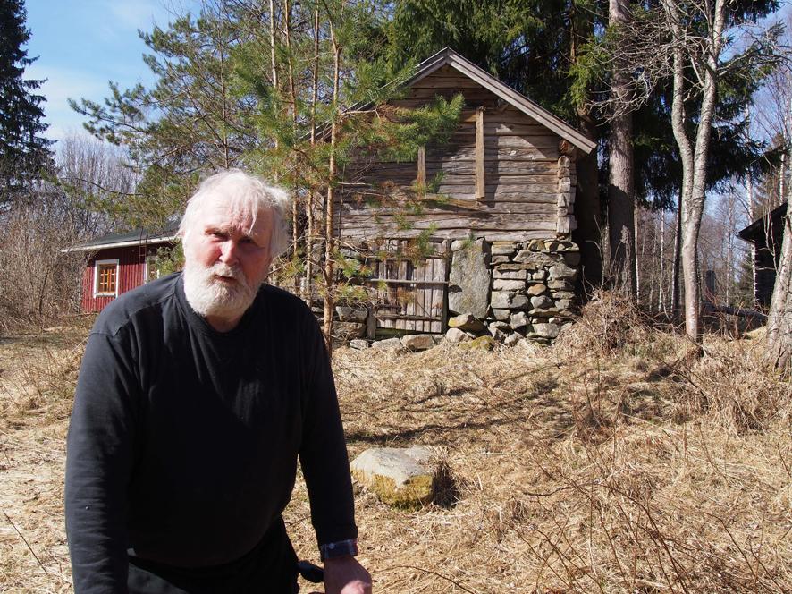 """""""En sillo arvannu, että yl 30 vuotta viepi se reissu"""", kertoi Einari Kettunen esitellessään aittarakennusta, jonka hän kävi aikoinaan kattamassa. Hyvän peltikaton ansiosta vanha rakennus on yhä ryhdikkäänä pystyssä."""