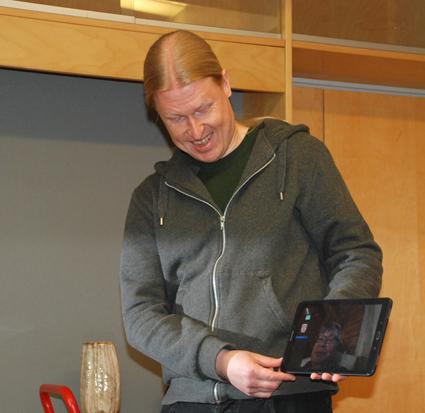 Janne Romppanen on toinen Hilla-sovelluksen kehittäjistä. Romppanen soitti esimerkkipuhelun videoyhteyden käytöstä rääkkyläläisen Jouko Tolvasen (tabletin ruudulla) kanssa.