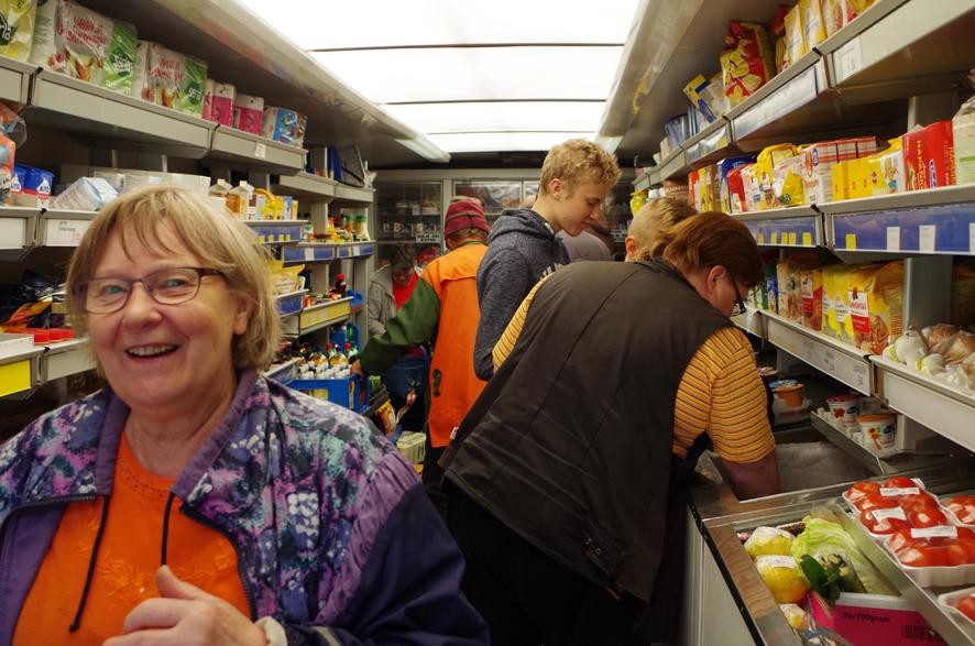 Juhannuksen alla kauppa-autossa kävi melkoinen huiske. Asiakkaita palvelemassa kuljettaja Tuula Pussinen.