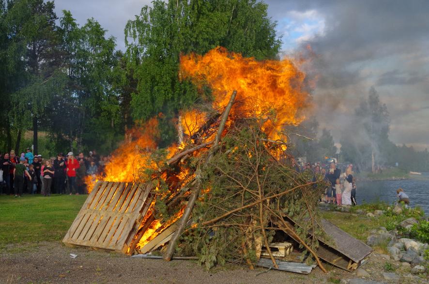 Kokon polttaminen kuuluu perinteisesti juhannukseen.