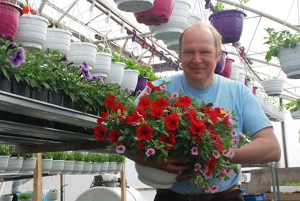 Puutarhuri Markku Halonen tietää, että kesäkukilta halutaan tänä vuonna värikkyyttä.