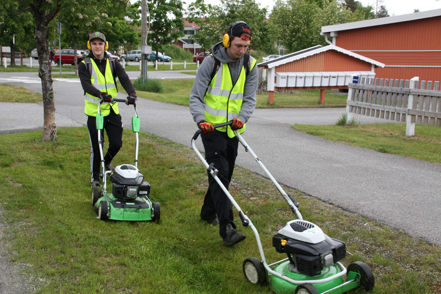 Markus Lavikainen (vas.) ja Eetu Vartiainen nurmikonleikkauspuuhissa Ylämyllyllä.