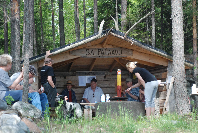 Salpalaavu on rakennettu Kesälahdelta tuoduista aitan hirsistä, joiden tiedetään olevan peräisin 1800-luvulta.