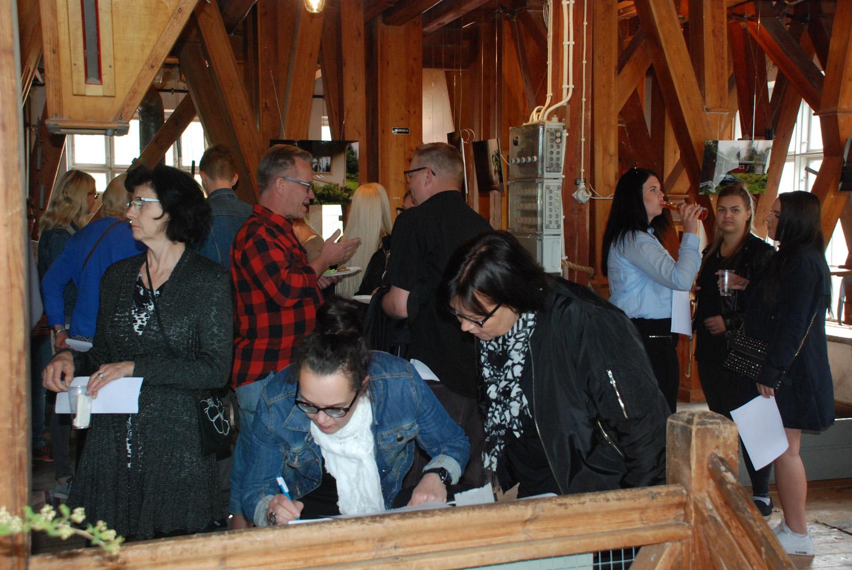 Myllygallerian avajaisia vietettiin kutsuvierastilaisuutena juhannusaattona.