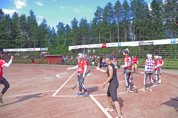 Joensuun Mailan valmentaja Jutta Surakka antaa läpsyn juoksun tuojalle.