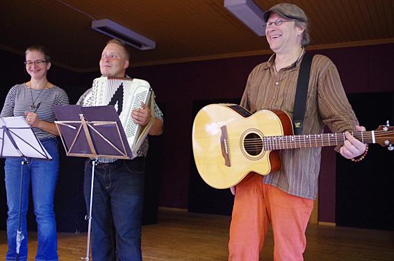Stiina Iloniemi, Kuisma Lipponen ja Timoi Munne musisoivat Juicen sanoin.