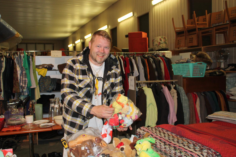 Urpo Hyvärinen työskentelee Ylämyllyn uudella kirpputorilla. Lajiteltavaa tavaraa riittää leluista huonekaluihin.