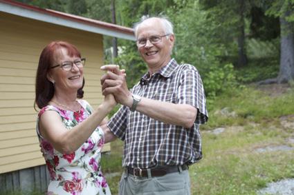 Else Nevalainen ja Jorma Jurvanen katsovat, että lavatanssit kuuluvat olennaisesti kesään.
