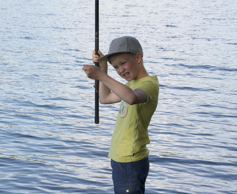 10-vuotiasta Mio Karhua ei palellut, vaikka hän heittelikin onkea järvestä käsin. Välillä tarkastettiin madon kunto, ja onkiminen jatkui.