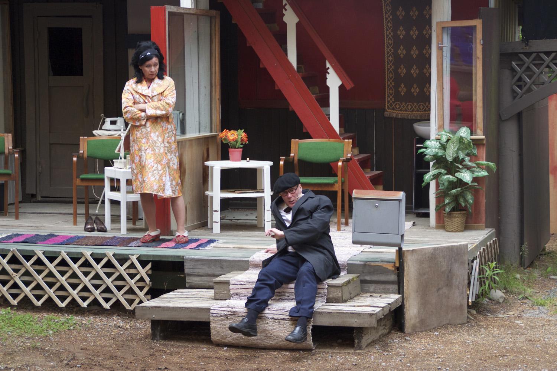 Harri Hiltunen näytteli Unto Monosen roolin loistokkaasti Roukalahdella. Anne Vänskän laulamat tangot saivat myös kiitosta.