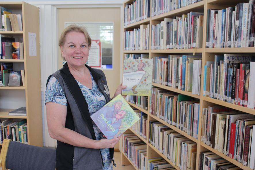 Heli Karvinen esittelee suosittuja runokokoelmia, joista etsitään sopivia toivotuksia onnittelukortteihin.