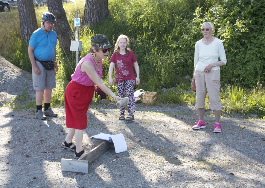 Liisa Karttunen kaatamassa keiloja kapulalla. Heittovuoroaan odottamassa Jari Sallinen, Sirpa Jääskeläinen ja Salme Hiltunen.