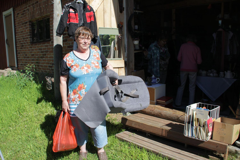 Anneli Soininen poikkesi kirpputorilla Salokylällä.