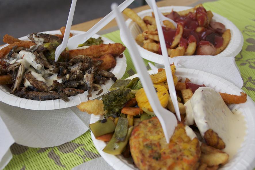 Kotsarin festariruokatestiin valikoituivat kasvisruoka (etualalla), herkkulautanen ja makkaraperunat.