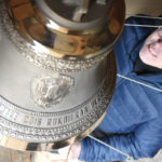 Kirkkoherra Paavo Ratilainen soitti uusista kelloista suurinta, johon on kirjattu Taipale-nimi valmistusvuoden kanssa.
