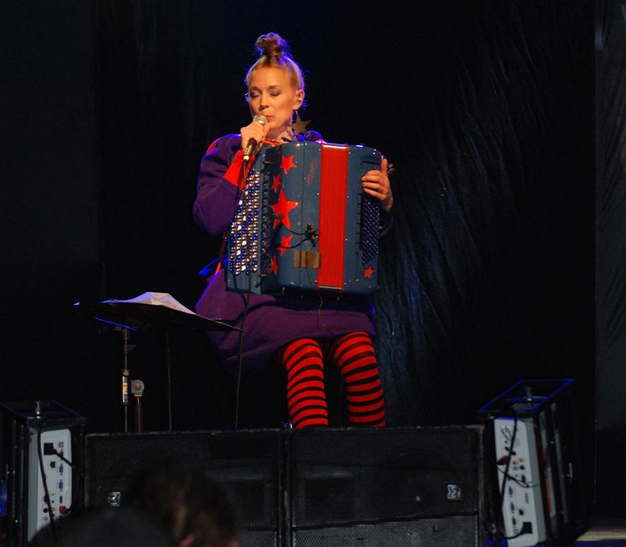Johanna Juhola esiintyi Kihauksessa lauantai-iltana. Kuva: Päivi Lievonen
