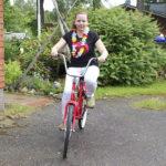Kotiseutu-uutisten palkintopyörän voittanut Elisa Lajunen pääsi kokeilemaan ensimmäiset harjoittelukierrokset toimituksen pihamaalla. Jopo kulki kevyesti, ja satulakin sattui kohtuullisen kohdalleen ilman säätämistä.