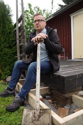 Puutyöt ovat Jyrki Utriaiselle rakas harrastus – niin remontointi- kuin raivausmielessäkin.
