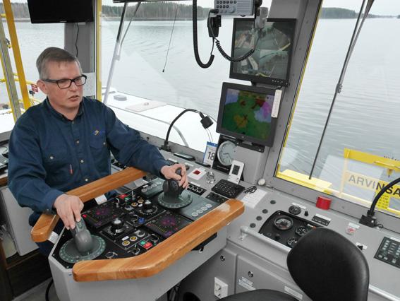 Liperiläinen Pekka Vänskä taitaa lossin ajamisen.