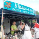 Eeva Kuhmonen ja Johanna Ahlholm tarjoilivat lettuja Ilosaarirokin kävijöille. Jääkaapilla Maria Iltola.