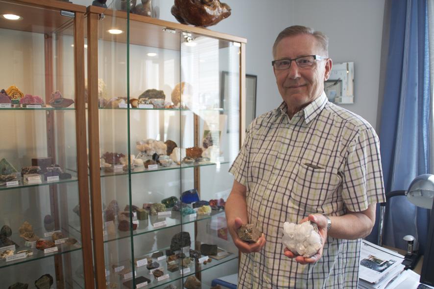 Kyösti Hämäläinen esittelee kokoelmansa herkimer-timantteja. Kivinäyte on peräisin Pohjois-Amerikasta.