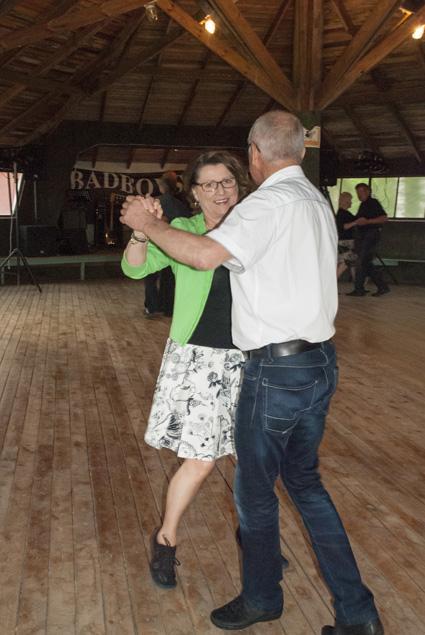 Eila Vakkuri ja Jaakko Myller tanssivat ensimmäiset askeleensa Kivisalmessa valssin tahtiin.