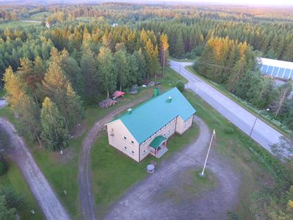 Rasihovin ruosteläikkien täplittämä katto on nyt tasaisen maalikerroksen peittämä. Kuva: Tommi Sallinen.