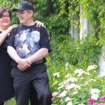 Tuula ja Antero Laeslehdon puutarhassa kasvaa kauniita harjaneilikoita. Pariskunta arvostaa vanhoja perinnelajeja.