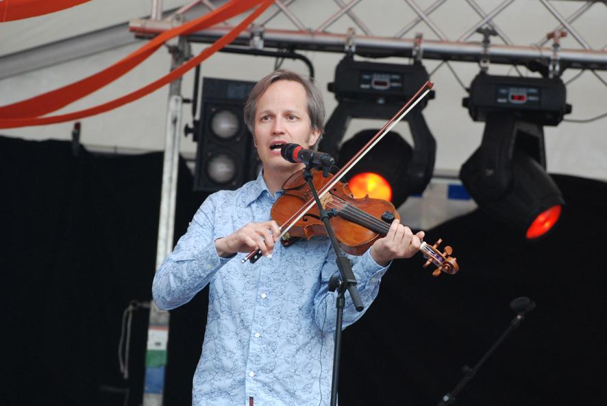 Lassi Logren soittaa Freija-yhtyeessä viulua. Kuva: Päivi Lievonen