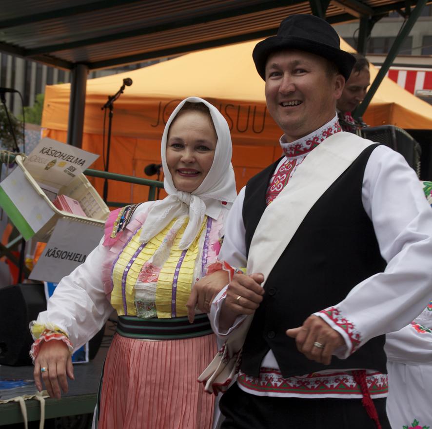Marij Pamash -kansantanssiryhmä nousi tänään Joensuun torilavalle.