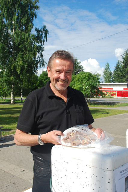 """Yrjö Eronen viihtyy myös piirakkakauppiaana Rääkkylän torilla. """"Mukavinta on, kun asiakas tulee uudelleenkin."""""""