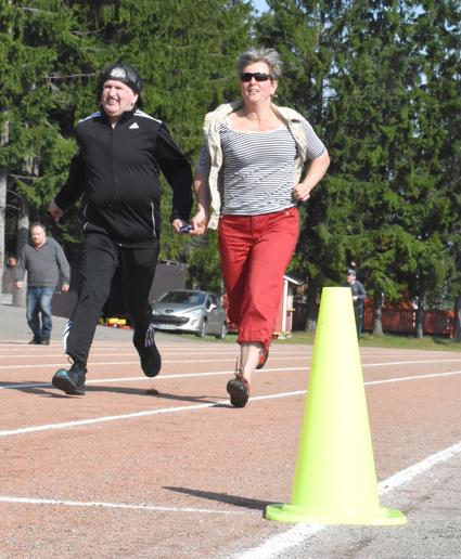 Terho Lackman pinkaisi 60 metriä Soile Hämäläisen avustamana.