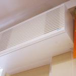 Uudet laitteet tuovat Salokylän koululuokkiin raitista ilmaa.