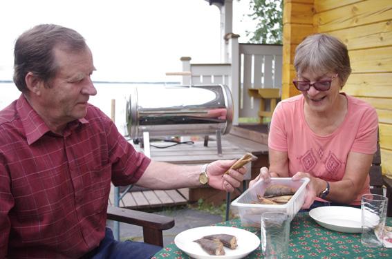 Pertti ja Anita Koistinen toteavat, että yhdessä ruoka maistuu paremmalta – porukalla pyydetty ja kokattu ahven vieläkin maukkaammalta.