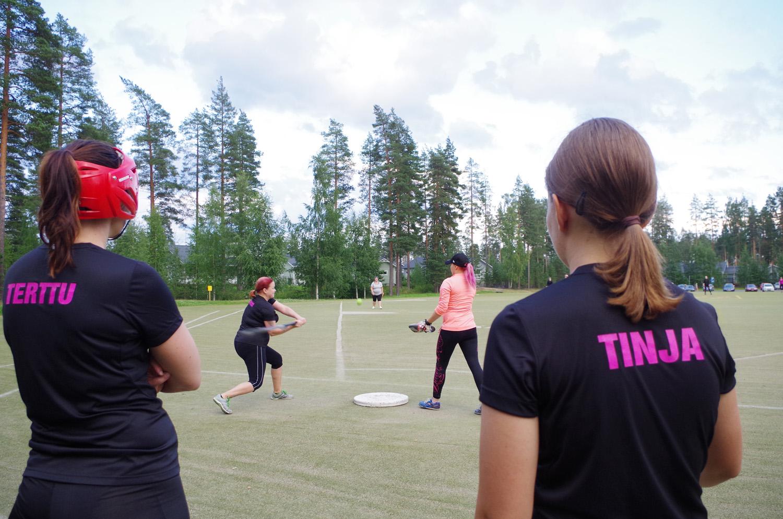 Joukkue seuraa tarkkana Kirsi Kähkösen lyöntiä Milla Kemppaan syötöstä.