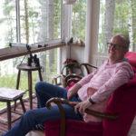 Mökkiläistoimikunnan puheenjohtaja Jouni Pitkon lempipaikka on kesämökin terassilla. Televisiota ei tarvita, kun edessä aukeaa luonnonmaisema, jossa riittää katsottavaa jokaiselle vuodenajalle.