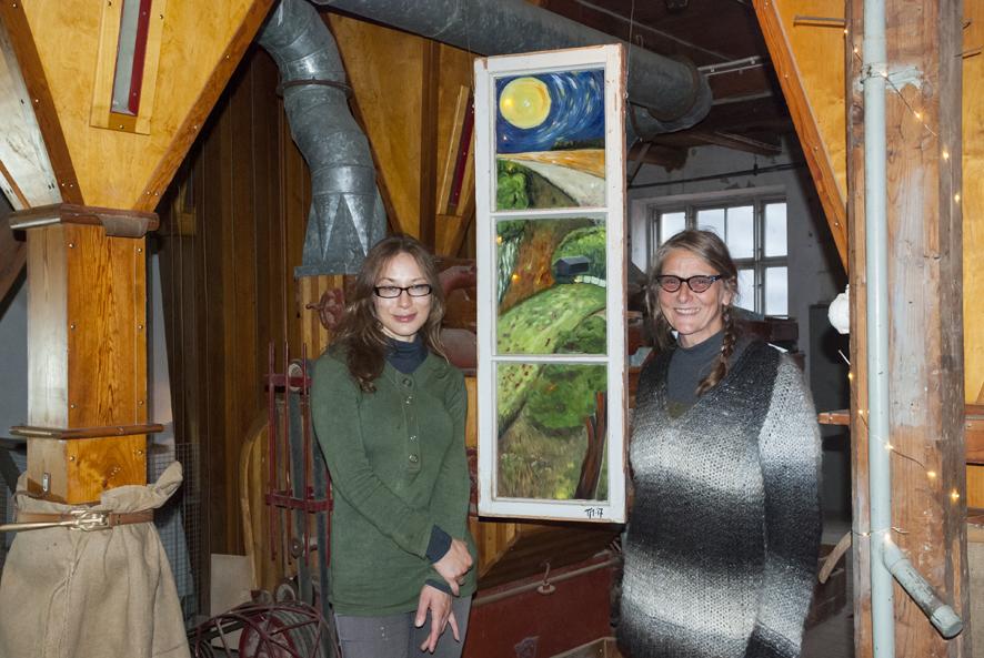 Anna Kainulainen ja Tiina Meling toivat Elovälkkyihin maalauksiaan.
