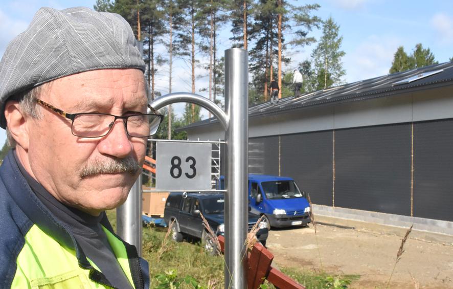 Jukka Ikosen takana näkyvän hallin katolla aurinkopaneeleiden asennuksia olivat aloittamassa Pekka Ikonen ja Tapio Kokko.