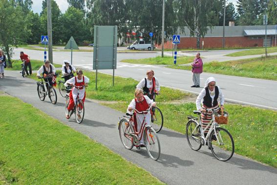 Rääkkylän ensimmäinen kansallispukupyöräily käynnistyi hieman kiemurrelen.