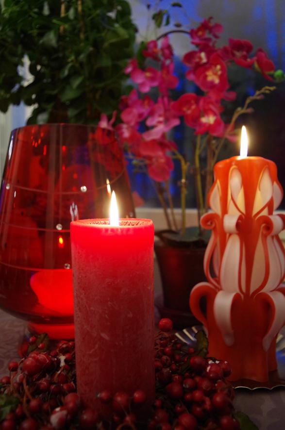 Kynttilät luovat kotiin hämyistä tunnelmaa.