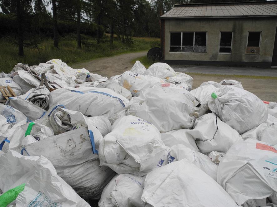 4-tuntia kahvilan takapihalla oli vielä maanantaina mittava määrä kierrätyskyytiä odottavia suursäkkejä, sisältönään tiukasti rullattuja lannoite- ja siemensäkkejä.