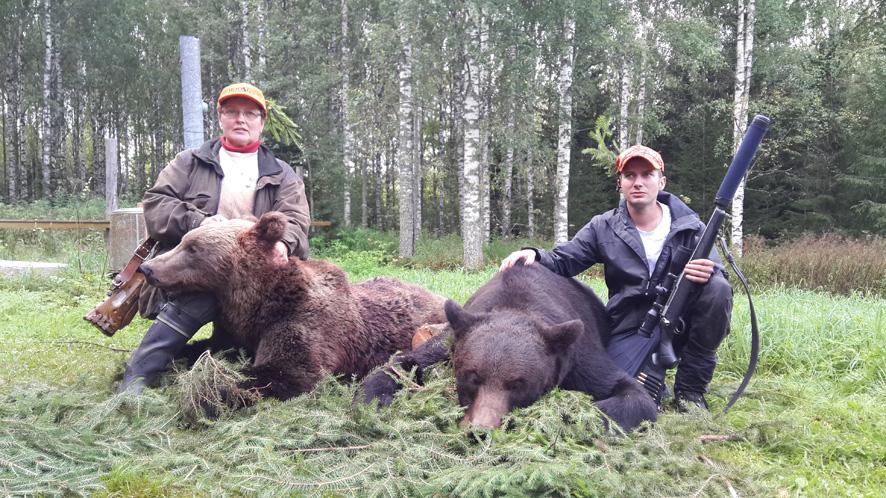 Raija Kovero ja Petri Pykäläinen kaatoivat kumpikin uroskarhun. Kuva: Tiia Kokko.
