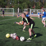 Eeva-Maria Saari valmentaa potkutekniikkaa niin junioreille kuin ammattilaispelaajillekin.