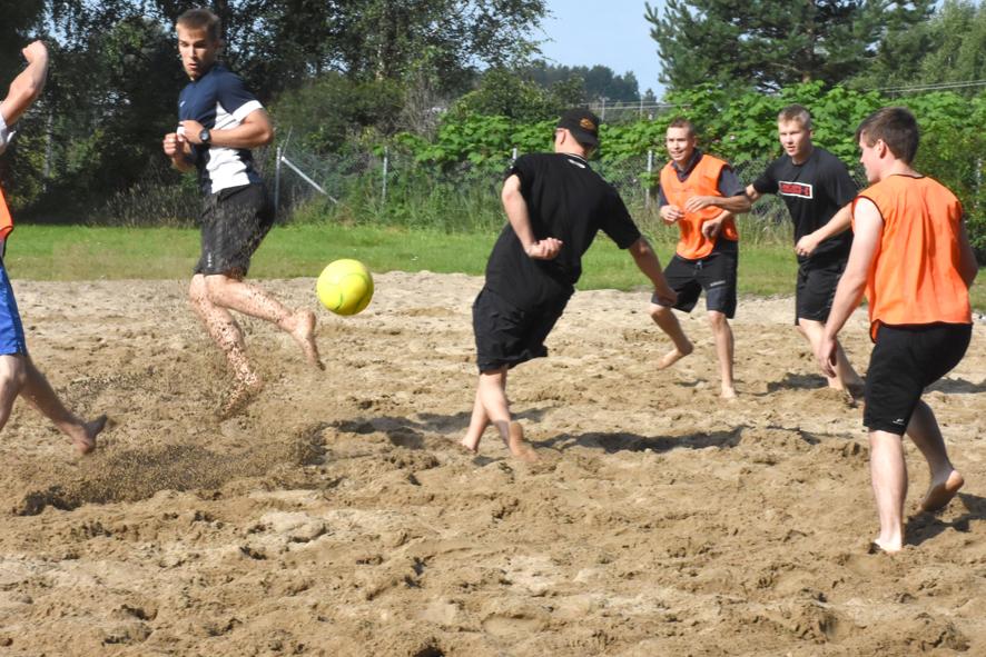 Hiekka pölisi oranssipaitaisten isäntien ahdistellessa FC Mallaksen maalia ensimmäisessä pelissä.