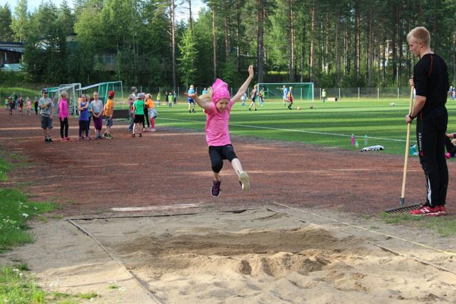 Kuvassa lentävä Tiia Muikku loikkaa yli kahden metrin pituuteen.