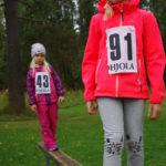 Nella (etualalla) ja Malla Mononen voittivat sarjansa Salokylän nappulajuoksuissa.