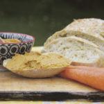 Porkkanainen pataleipä maistuu mausteisen tahnan kera.
