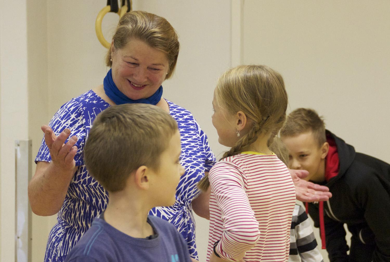 Päivi Konttinen tutustui Salokylällä lapsenlapsensa Sinin koulumiljööseen.