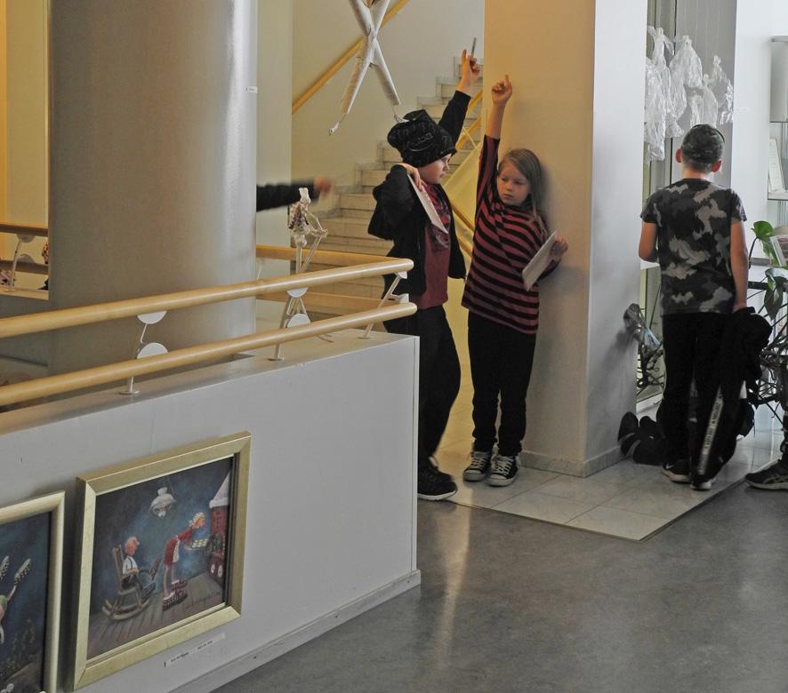 Kolmannen luokan oppilaat tavoittivat taiteen, olipa se sitten lattian tai katon rajassa.